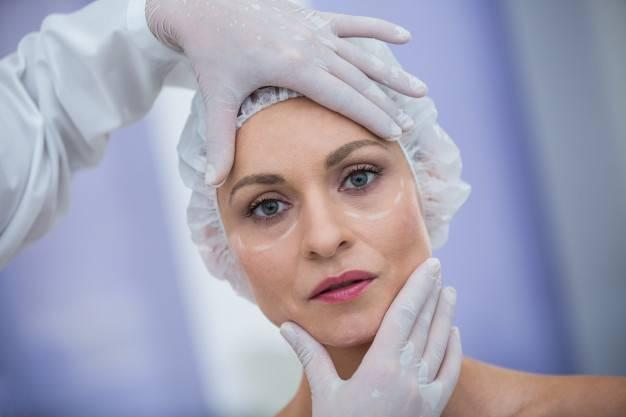 Femme De 50 Ans Soins De Chirurgie Esthétique - Dr Hamou
